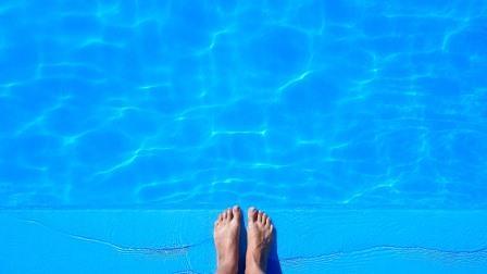 Im Schwimmbad lauert Fußpilzgefahr