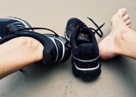 Füße, Sportschuhe und Schweißbildung